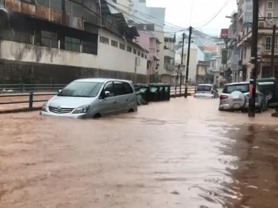 Video: Đường biến thành sông, ô tô, xe máy bì bõm