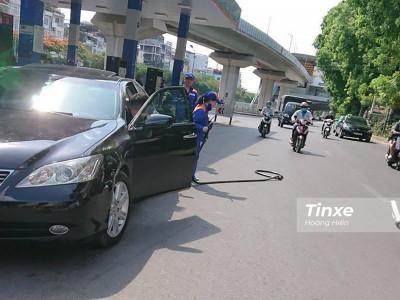 Vì sao xe ô tô không thể kéo đổ cột bơm xăng khi tài xế quên tháo vòi bơm?