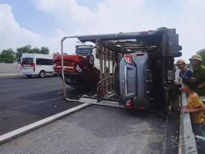 Ô tô tải chở xe mới về đại lý lật trên tốc Hà Nội - Hải Phòng, 2 chiếc Mitsubishi Attrage