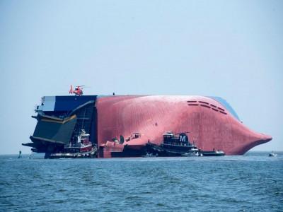 Tàu thủy chở 4.200 chiếc ô tô Hyundai và Kia bị lật trên biển sẽ bị cắt thành 8 phần để trục vớt