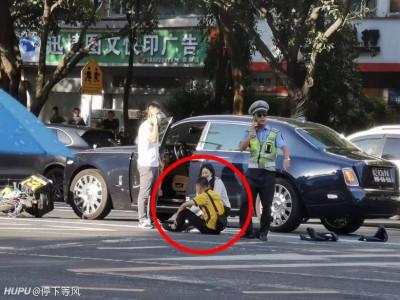 Sau va chạm với xe Rolls-Royce Phantom đắt tiền, nhân viên giao hàng ngồi bệt xuống đường