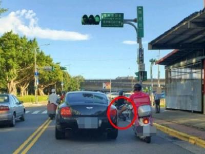 Video: Dừng đèn đỏ, người đàn ông giao hàng thản nhiên gác chân lên xe sang Bentley đỗ bên cạnh