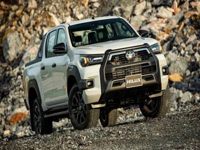 """Ngang giá bán, liệu rằng Toyota Hilux 2020 với nhiều nâng cấp mới có đủ để """"cân sức ngang tài"""" cùng Ford Ranger?"""