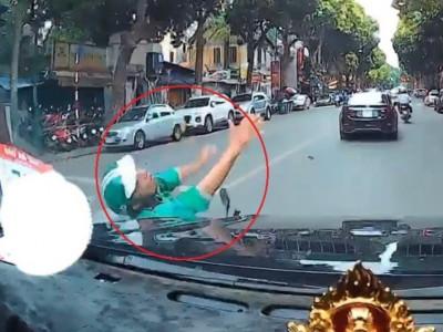 Video: Vượt đèn đỏ, tài xế GrabBike bị ô tô tông trúng trên đường Hà Nội