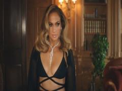 Jennifer Lopez khoe hình thể với áo Công Trí