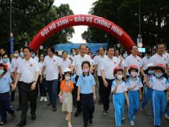 Phó Thủ tướng Trương Hòa Bình tham gia sự kiện đi bộ kêu gọi đội mũ bảo hiểm cho trẻ em