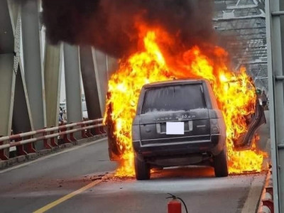 Video: Range Rover đời cũ cháy trơ khung trên cầu Chương Dương