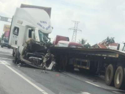 Video: Tông vào đuôi xe container khác trên QL5, lái xe container chấn thương nặng