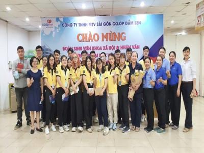 Sinh viên trường Đại học Văn Lang tìm hiểu về mô hình bán lẻ tại Co.opmart Phú Thọ