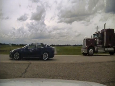 Hai người thản nhiên ngả ghế ngủ trong chiếc Tesla Model S, mặc xe chạy ở vận tốc 150 km/h