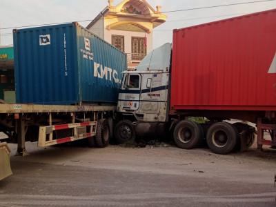 Video quay lại cảnh 2 xe container tông nhau lúc rạng sáng trên QL5 khiến giao thông ùn tắc nghiêm trọng