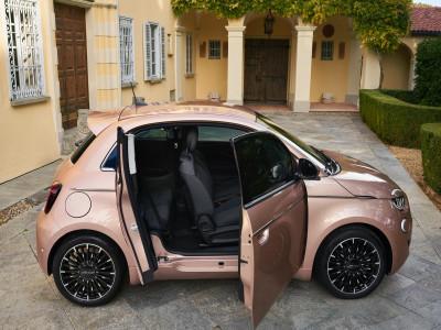 Fiat 500 3+1 - Chiếc xe điện nhỏ nhắn, có hệ thống cửa mở độc đáo, giá mềm phù hợp mọi gia đình