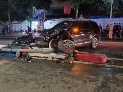 Hà Nội: Ford Explorer tông sập biển báo giao thông, gãy cả trục bánh trước, đầu xe nát bét