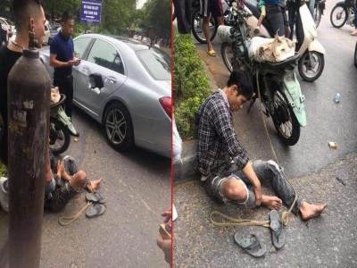 Xe máy chở bình oxy tông thủng cửa xe sang Mercedes-Benz đang quay đầu trên đường Hà Nội