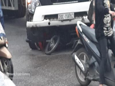 Video: Va chạm với xe đầu kéo tại ngã tư của Thái Nguyên, 2 ông cháu đi xe máy nhập viện