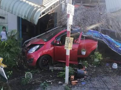Bà Rịa - Vũng Tàu: Ô tô mất lái, tông sập quán cà phê bên đường Quốc lộ 51, 1 người bị thương