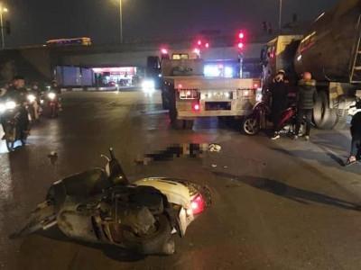 Hà Nội: Va chạm với xe đầu kéo, nam thanh niên tử vong bên cạnh xe máy