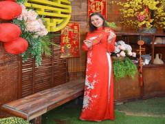 Á hậu Phạm Thanh Hương U30 Việt Nam đẹp dịu dàng trong áo dài đỏ nhân dịp năm mới Tân Sửu 2021