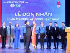 Đoàn trường ĐH Kinh tế Quốc dân đón nhận Huân chương Lao động hạng Nhất