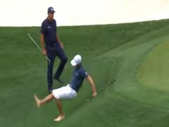 Nhà vô địch PGA Tour trượt ngã khi cứu bóng