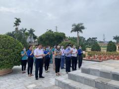 Thanh Sơn: Huyện đoàn phối hợp với Viettel huyện Thanh Sơn tổ chức dâng hương, thay hoa trên phần mộ các Anh hùng Liệt sỹ