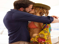 Jennifer Lopez hôn Ben Affleck trên du thuyền