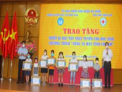 Quận Ba Đình trao tặng thiết bị học tập trực tuyến cho học sinh khó khăn