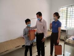 Huyện đoàn Thanh Sơn tặng quà cho thiếu nhi  nhân dịp Tết trung thu