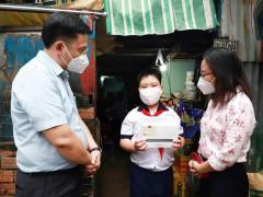 Quận 4- TP. Hồ Chí Minh  trao thiết bị hỗ trợ học tập trực tuyến cho học sinh khó khăn
