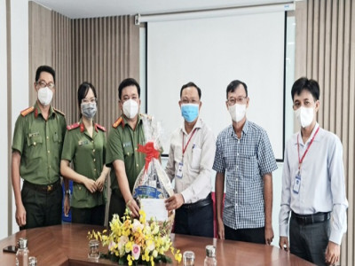 Cụm thi đua 4 Văn phòng Thành ủy TP Hồ Chí Minh tổ chức thăm và tặng quà các đơn vị