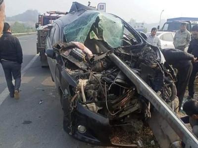 Hoà Bình: Dải phân cách xuyên thủng Toyota Corolla Altis, tài xế thoát chết thần kỳ