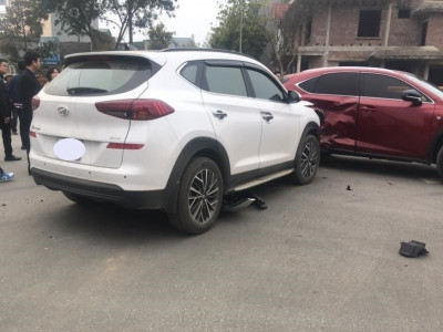 Lào Cai: Hyundai Tucson vỡ nát đầu xe sau khi tông vào bên hông Lexus NX