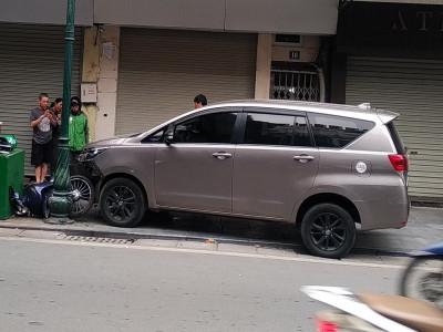 Video: Toyota Innova lao lên vỉa hè, tông trúng tài xế GrabBike đang chờ khách