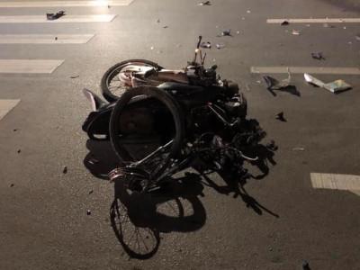 Video: Xe máy nát bét sau khi tông vào ô tô sang đường ở Thái Nguyên, 2 người bị thương