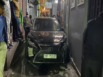 Hà Nội: Toyota Camry độ Lexus bay qua dải phân cách, lao vào trong ngõ