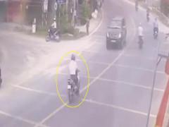 Video: Chạy về nhà báo tin bố bị tai nạn, người đàn ông đối đầu xe bán tải, tử vong tại An Giang