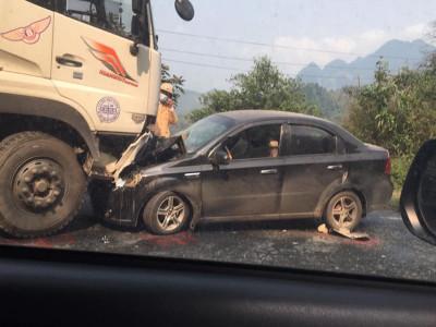 Hoà Bình: Xe tải lấn sang làn đường ngược chiều ở khúc cua, tông trực diện vào ô tô, 1 người bị thương