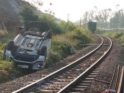 Quảng Ngãi: Ô tô Mitsubishi Xpander vượt gác chắn, bị tàu hỏa tông trúng, 3 người trong một gia đình thương vong