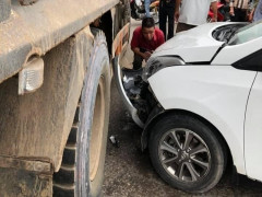 Thái Nguyên: Hyundai i10 vỡ nát đầu xe sau khi tông vào xe tải
