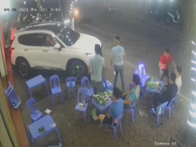 Video: Tài xế lái ô tô Hyundai Santa Fe lùi vào quán nhậu vỉa hè rồi bỏ chạy trên đường Hà Nội