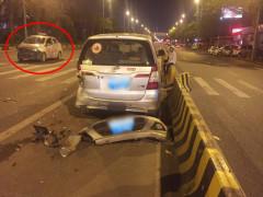 Toyota Innova bị xe taxi đâm vào đuôi xe khi gặp sự cố về lốp trước cổng đài kiểm soát không lưu Nội Bài