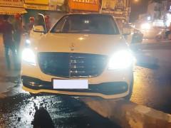Sài Gòn: Tông vòng xoay ở ngã 5, Mercedes-Benz S-Class bị mắc kẹt tại đây