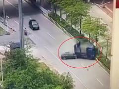 Video: Tesla Model 3 lao như tên bắn, tông trúng ô tô tải phía trước, tài xế tử vong