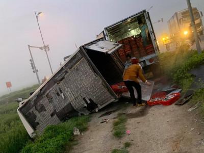 Nghệ An: Va chạm giao thông ở ngã tư khiến xe máy bốc cháy, xe tải chở cá lật nghiêng bên đường