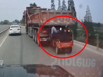 Video: Ông bố cùng con gái di chuyển trên xe ba gác bị xe tải kéo đi trên đường hơn 5 km