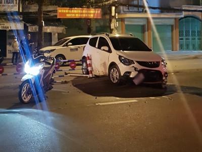 Cần Thơ: VinFast Fadil hư hỏng nặng đầu xe sau khi tông dải phân cách giữa đường