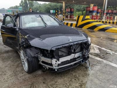 Mercedes-Benz S-Class 2021 bị tai nạn, túi khí trùm kín nội thất khiến cư dân mạng hết lời khen ngợi