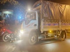 Đắk Lắk: Trên đường về quê tránh dịch, người đàn ông tông xe máy trực diện vào ô tô tải