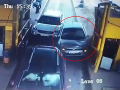 Video quay khoảnh khắc xe ô tô chạy quá tốc độ, tông trúng 2 người ở trạm thu phí