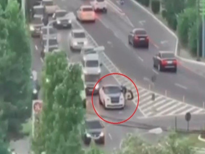 Video: Hết xăng ngay tại vòng xuyến, chiếc xe siêu sang Rolls-Royce Wraith gây ùn tắc giao thông